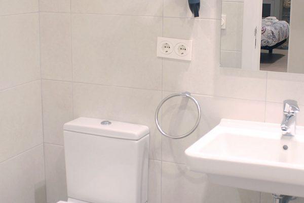 cuarto-de-bano-comun-talaia-hostel