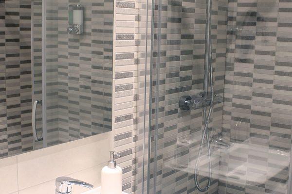 ducha-del-cuarto-de-bano-comun-talaia-hostel